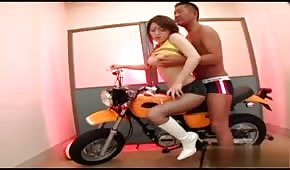 Seks na motorze z Azjatką
