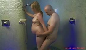 Zapina ciężarną laskę pod prysznicem