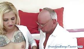 Starzec posuwa młodą blondynkę