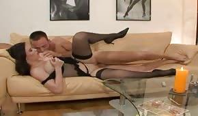 Boski seks z naturalną lalunią na kanapie