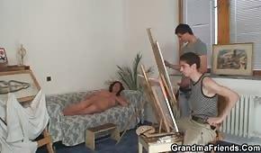 Młodzi malarze ruchają brunetkę