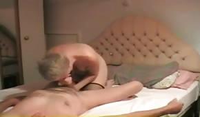 Blond mama dogadza dziadziusiowi ustami