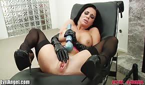 Seks zabawka w dupce brunetki