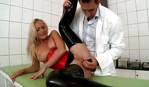 Doktorek bawi się analną dziurką pacjentki