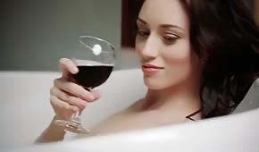 Laska pije winko i pieści się podczas kąpieli