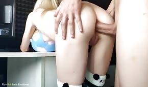 Analny seks z bladą laseczką na stojaka