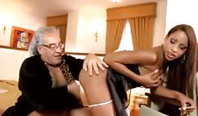 Dziadek posuwa seksowną pokojówkę