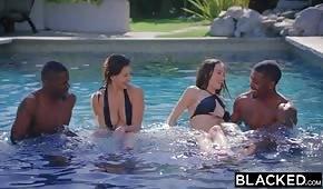 Igraszki w basenie z porno brunetkami
