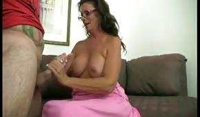 Silikonowa mama masuje fiuta dłonią