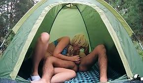 Numerek w namiocie z młodą blondi