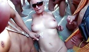 Spuszczają się na dojrzałą blondi na plaży