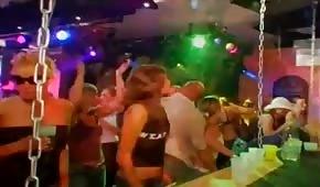 Grupowy seks z imprezowiczkami w klubie