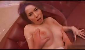 Delikatne igraszki z rudą Azjatką