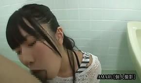 Azjatka robi loda w toalecie