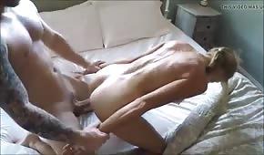 Sztuczne piersi blondyny bzykanej od tylca
