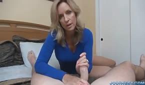 Silikonowa mamuśka trzepie penisa