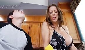 Młody wydymał cycatą mamę w kuchni