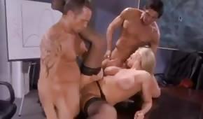 Szef posuwa krągłą blondynę w biurze