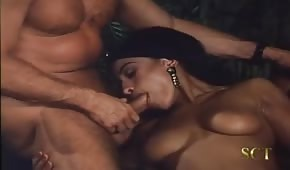 Retro porno z egzotyczna panienką
