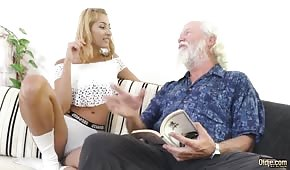 Dziadziuś rżnie opaloną blondi