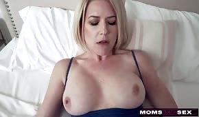 Słodki seks z silikonową mamusią