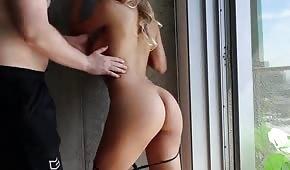Seks na stojaka z opaloną blondi