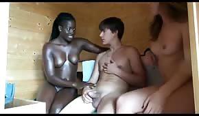 Dwie koleżanki ciągną fiuta w saunie