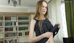 Skromna osiemnastolatka zdejmuje sukienkę