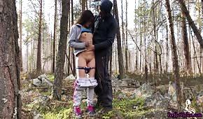 Publiczny seks pod drzewem ze szczupłą brunetką