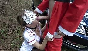 Igraszki z pielęgniarką w środku lasu