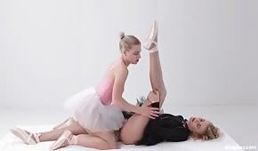 Seksowne baletnice ocierają się cipkami