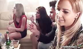 Chłopaki i dziewczyny spotykają się na spotkaniu seksu grupowego