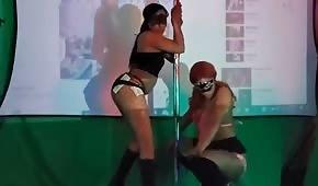 Striptizerki fajnie poruszają dupeczkami