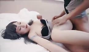 Słodki seks z orientalną osiemnastolatką