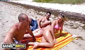Poderwał seksowną blondynkę na plaży