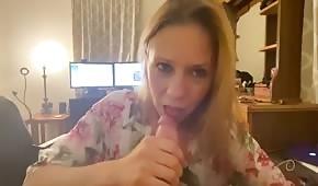 Żonka bierze kutasa do ust