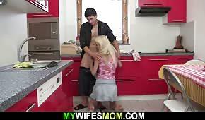 Poranny seks w kuchni z opaloną mamuśką
