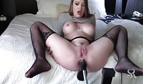 Seks maszyna penetruje jej dupsko