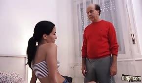 Starzec zaliczył młodziutką brunetkę
