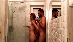 Seks z nagą amatorką pod natryskiem
