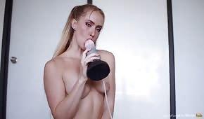 Napalona blondyna liże dildo przed masturbacją