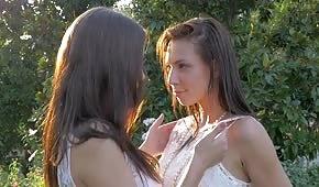 Panny młode całują się pod palmą