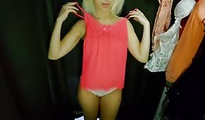 Zgrabna blondyneczka w przebieralni