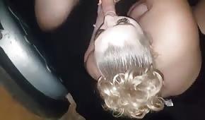 Głębokie gardło pulchnej blondynki