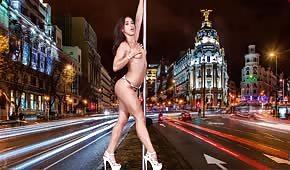 Seksowna tancerka robi striptiz