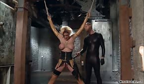 Analne porno ze związaną blondyną