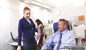 Fajne laski ciągną fiuty w biurze