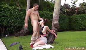 Wpycha kutasa w usta przyjaciółki pod palmą