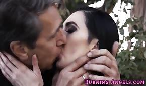 Niecodzienne porno z czarnowłosą suczką
