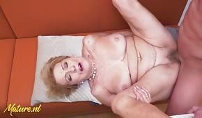 Porządny seks z dojrzałą blondynką na stole